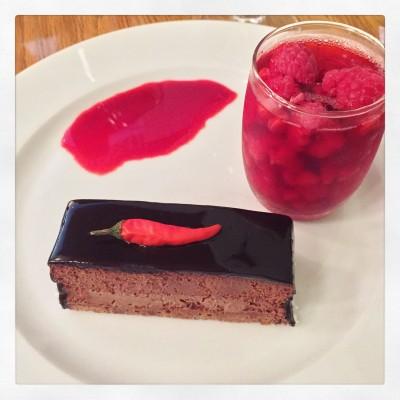 En av mine favoritter: Very Hot mørk sjokolademousse 70% med chilikrem, sjokoladebunn.