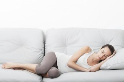 Klisjébilde av Kvinne på Sofaen.